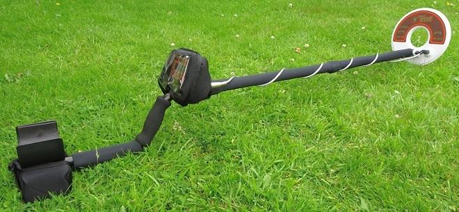 Металлодетектор на траве