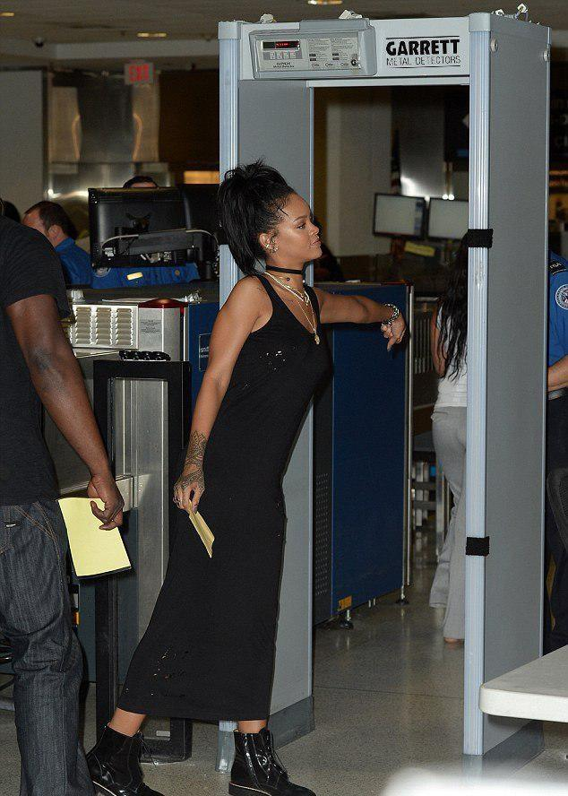 Певица Rihanna разделась ради металлоискателя Garrett (6 ФОТО).